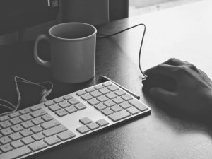 trabajo-online-mano-raton-navegar
